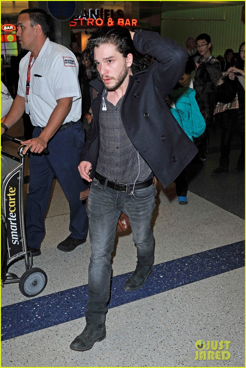 emilia clarke photobombed at lax airport 073027168