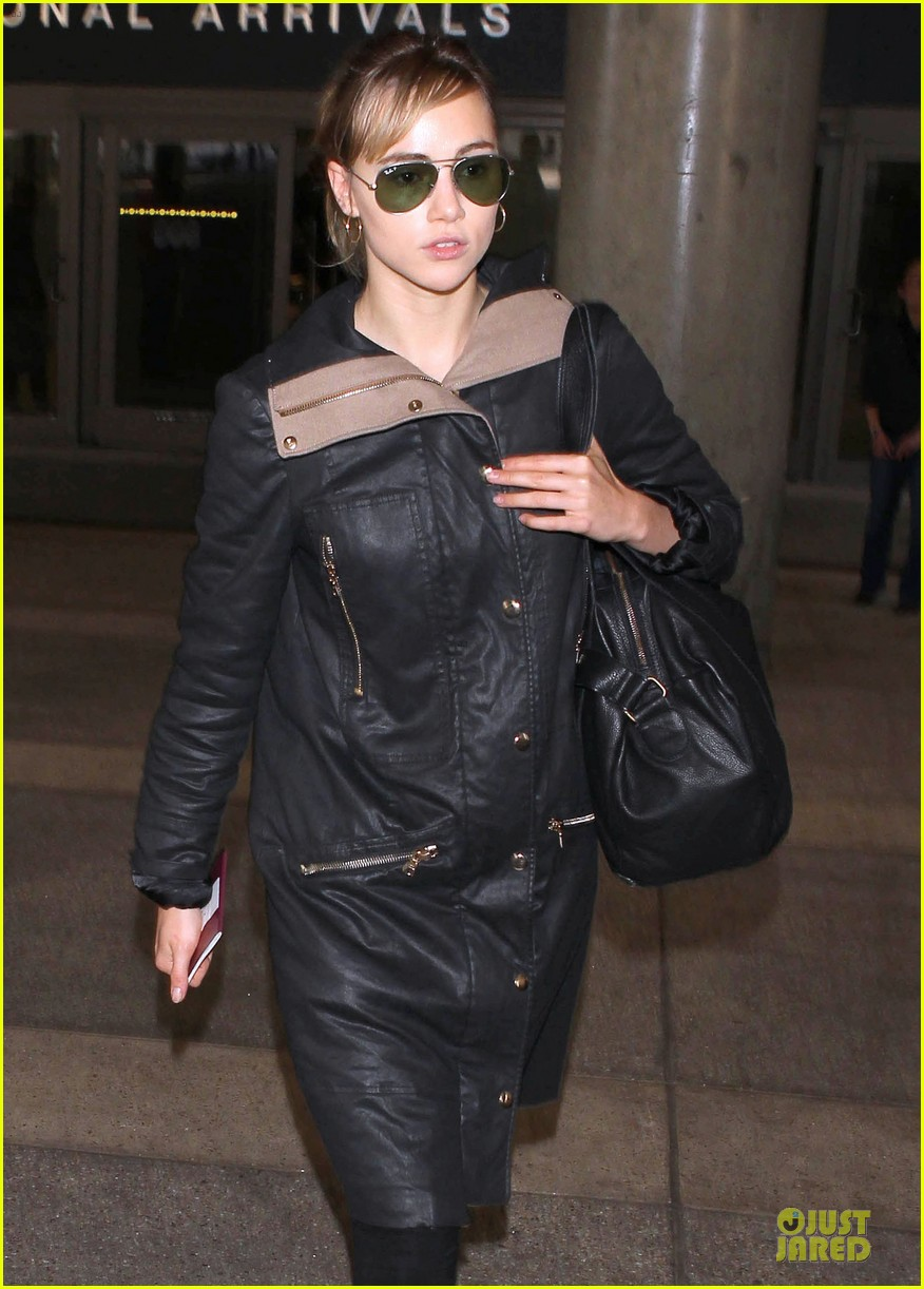bradley cooper suki waterhouse lax arrival in the new year 083022654