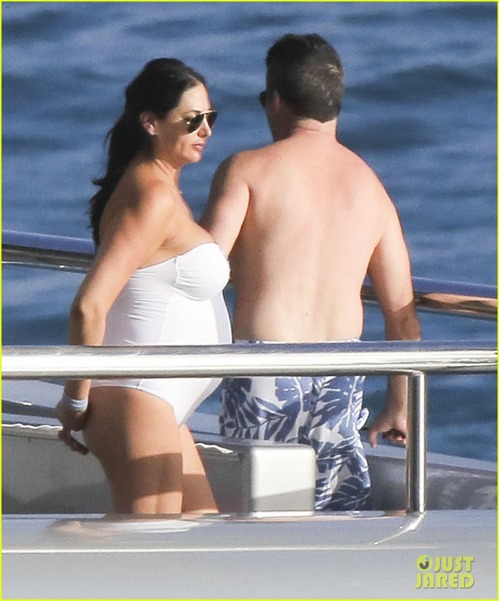 simon cowell very pregnant girlfriend relax on a yacht 093023655