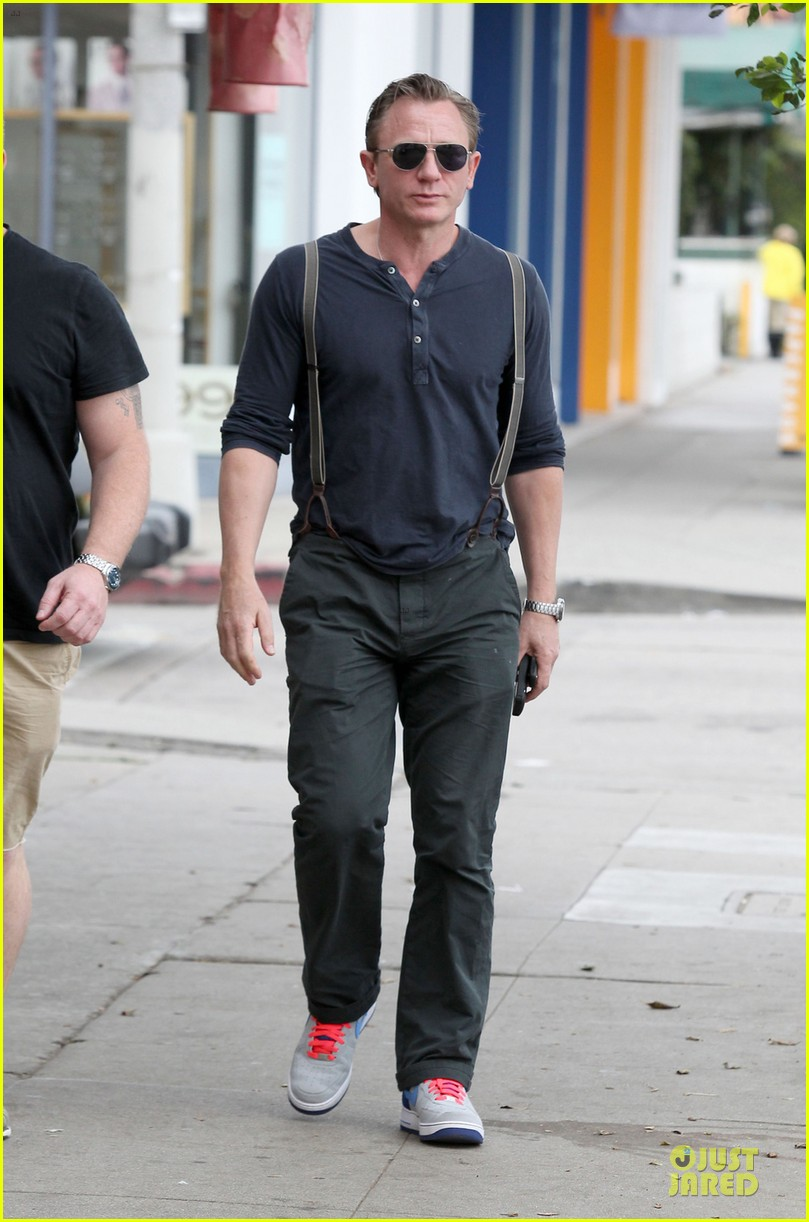daniel craig sports trouser suspenders after pga 013037309