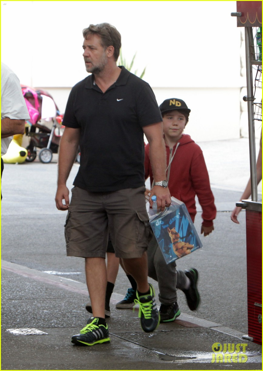 russell crowe dreamworld theme park with the boys 013021377