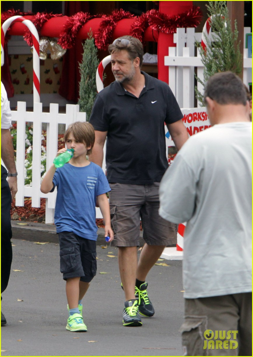 russell crowe dreamworld theme park with the boys 033021379