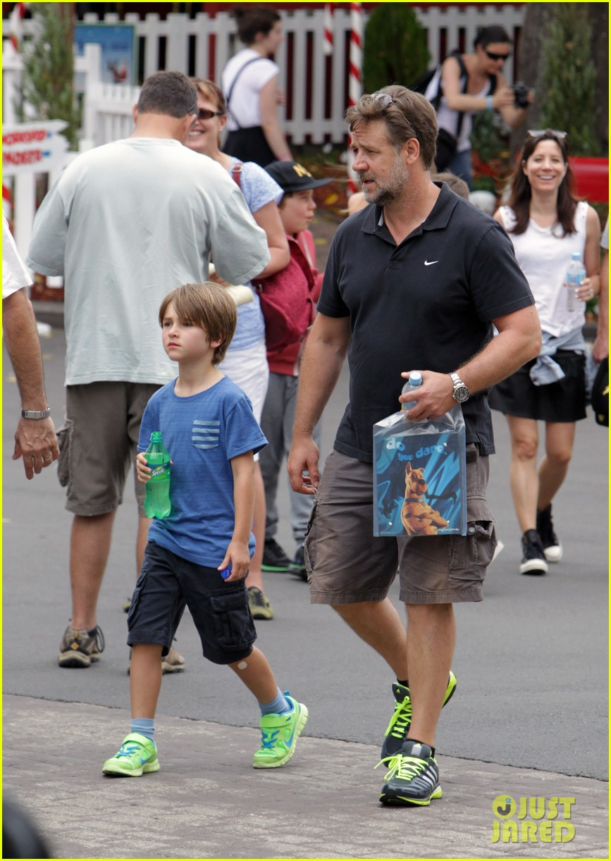 russell crowe dreamworld theme park with the boys 063021382