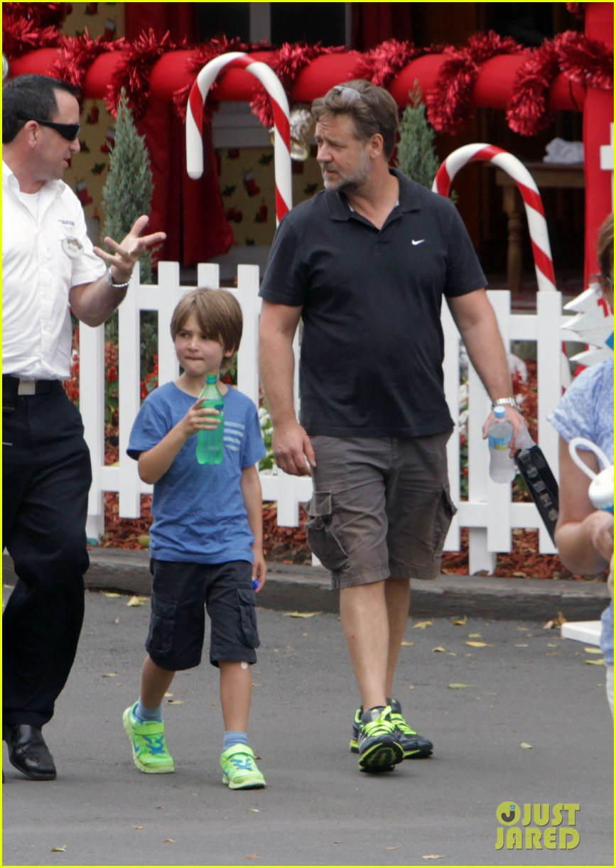 russell crowe dreamworld theme park with the boys 073021383