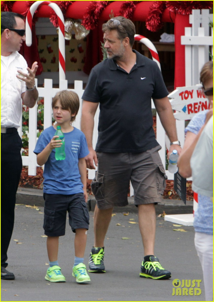 russell crowe dreamworld theme park with the boys 083021384