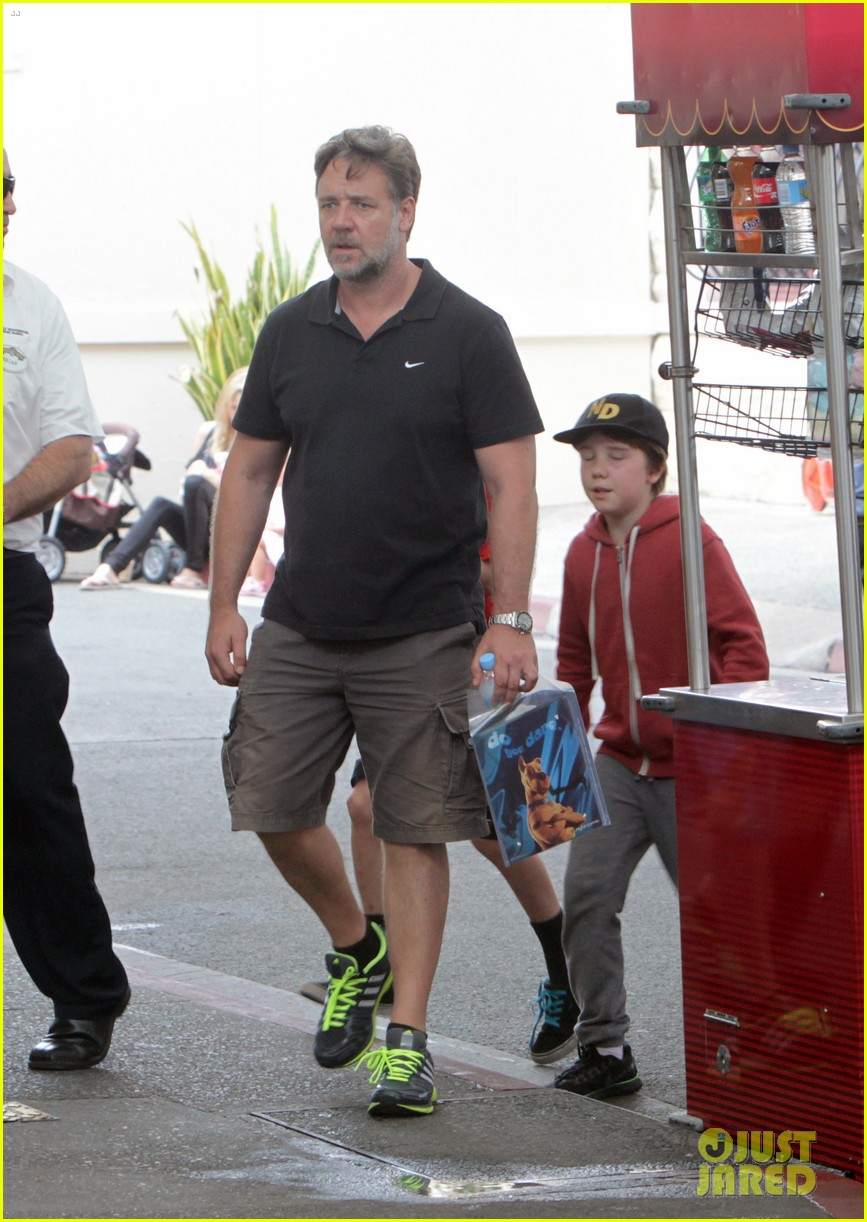 russell crowe dreamworld theme park with the boys 103021386