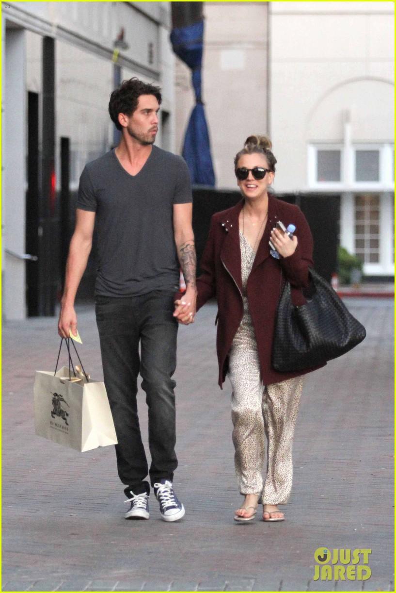 kaley cuoco steps out with ryan sweeting after the pcas 073026995