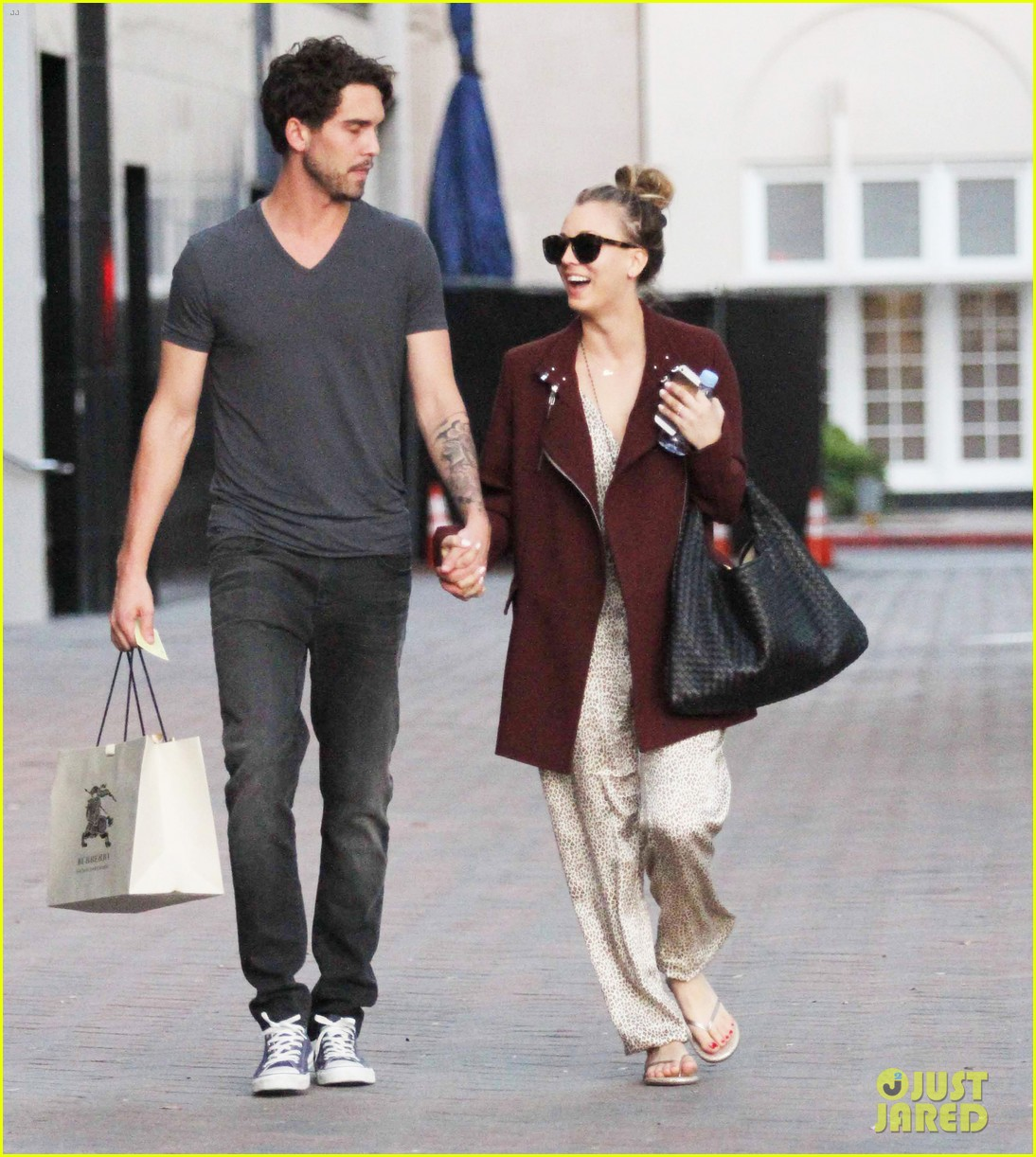 kaley cuoco steps out with ryan sweeting after the pcas 08