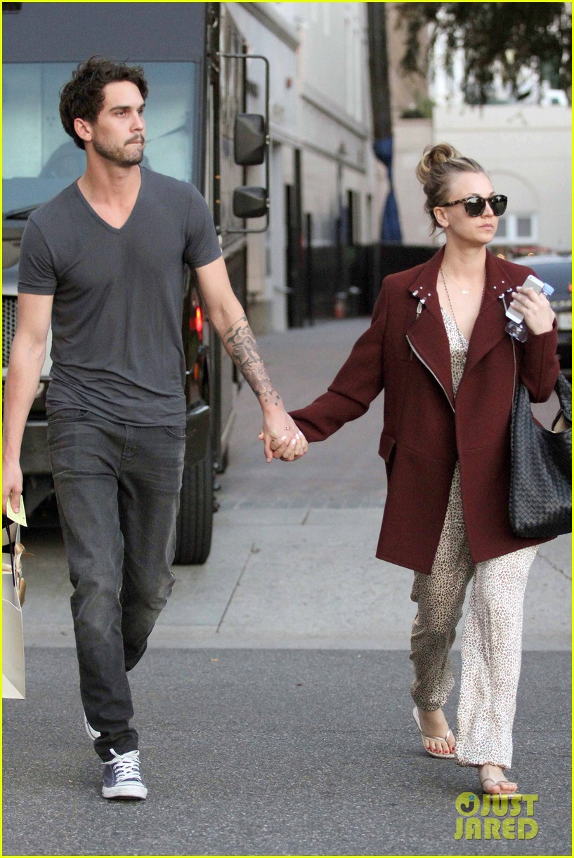 kaley cuoco steps out with ryan sweeting after the pcas 103026998
