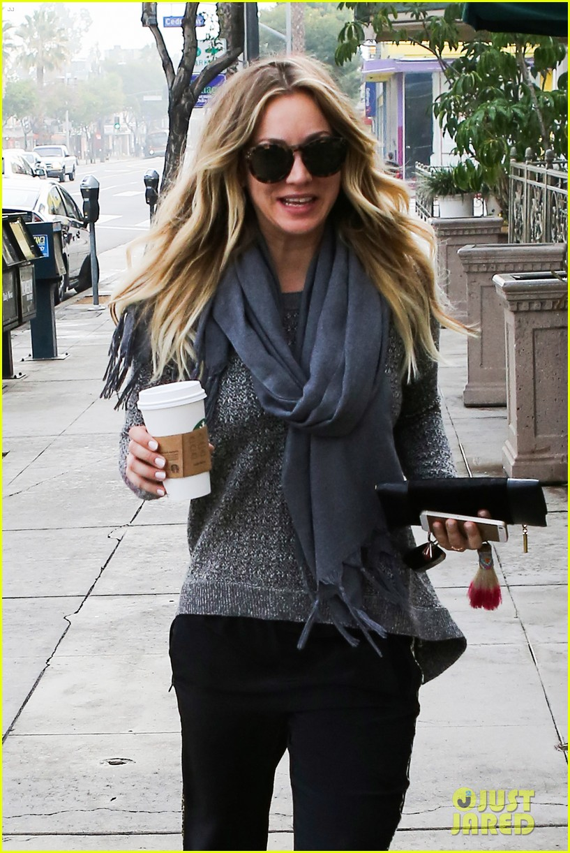 kaley cuoco steps out with ryan sweeting after the pcas 123027000