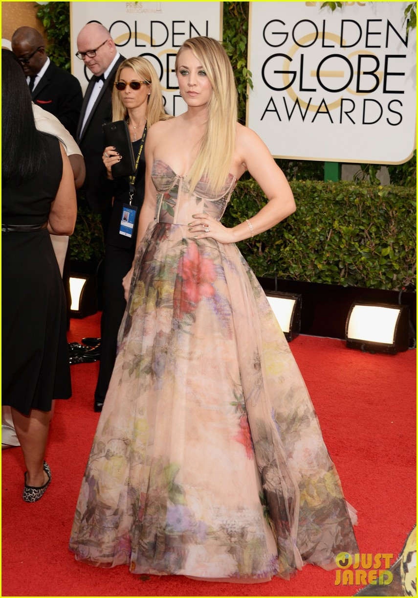 kaley cuoco golden globes 2014 red carpet 013029334
