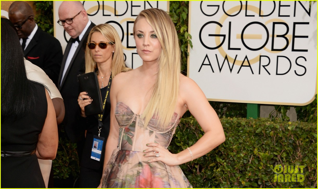 kaley cuoco golden globes 2014 red carpet 023029335