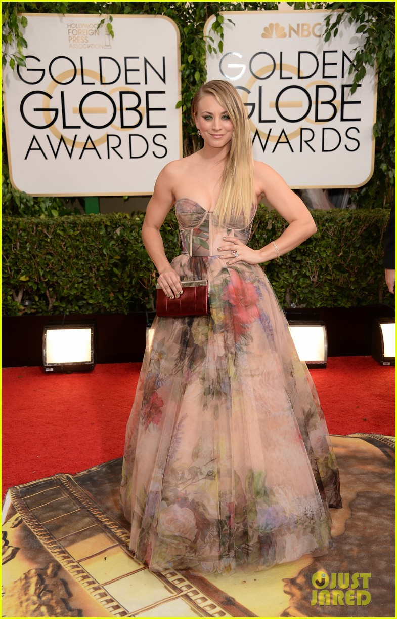 kaley cuoco golden globes 2014 red carpet 033029336