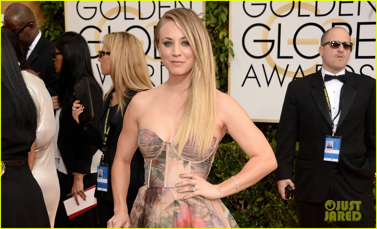 kaley cuoco golden globes 2014 red carpet 043029337