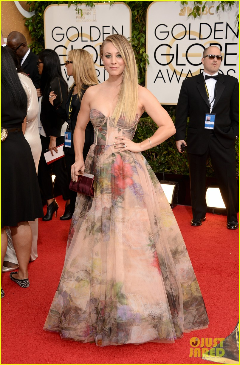 kaley cuoco golden globes 2014 red carpet 053029338