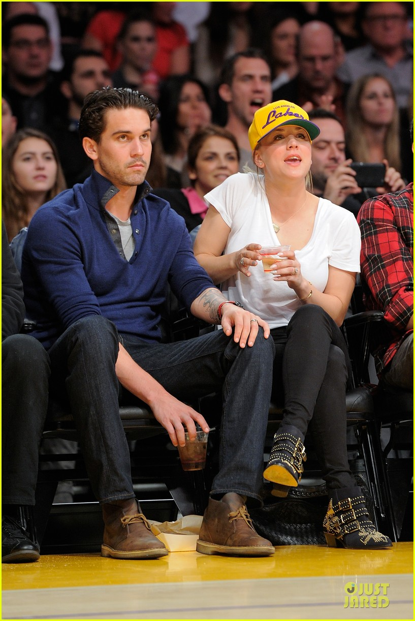 kaley cuoco shows off wedding ring at lakers game 03