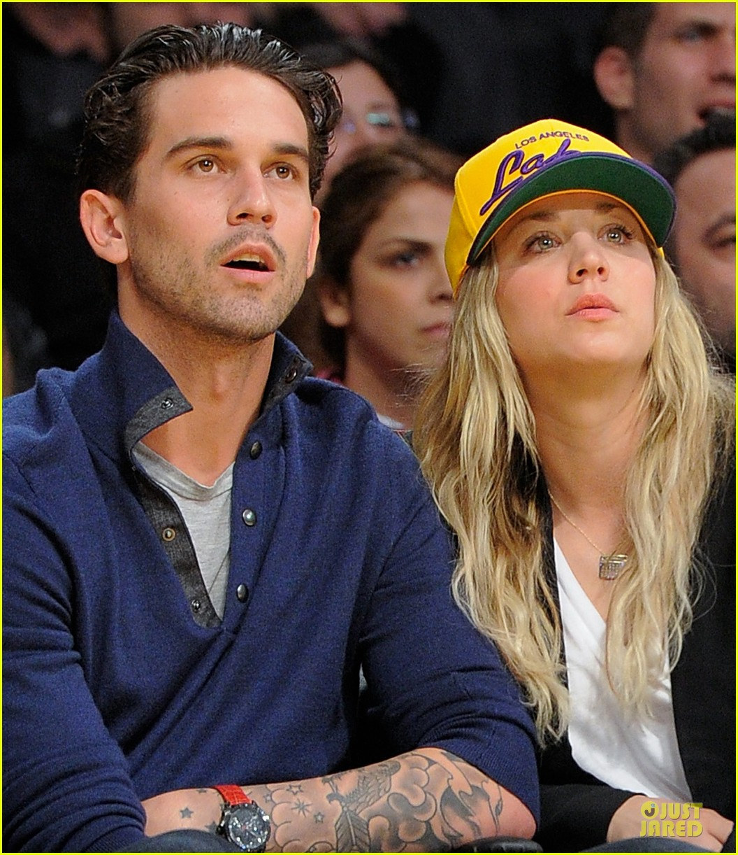 Delicieux Kaley Cuoco Shows Off Wedding Ring At Lakers Game!