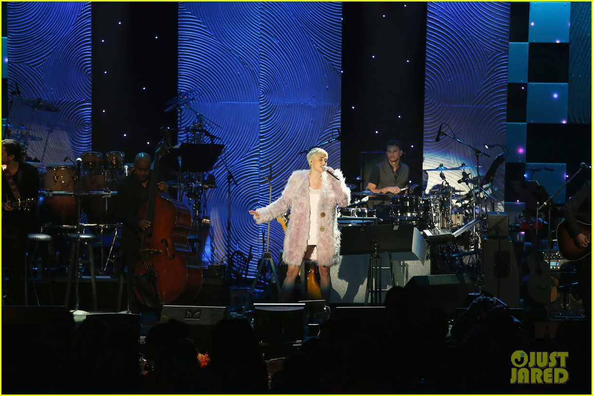 miley cyrus performs at clive davis grammys gala video 033040539