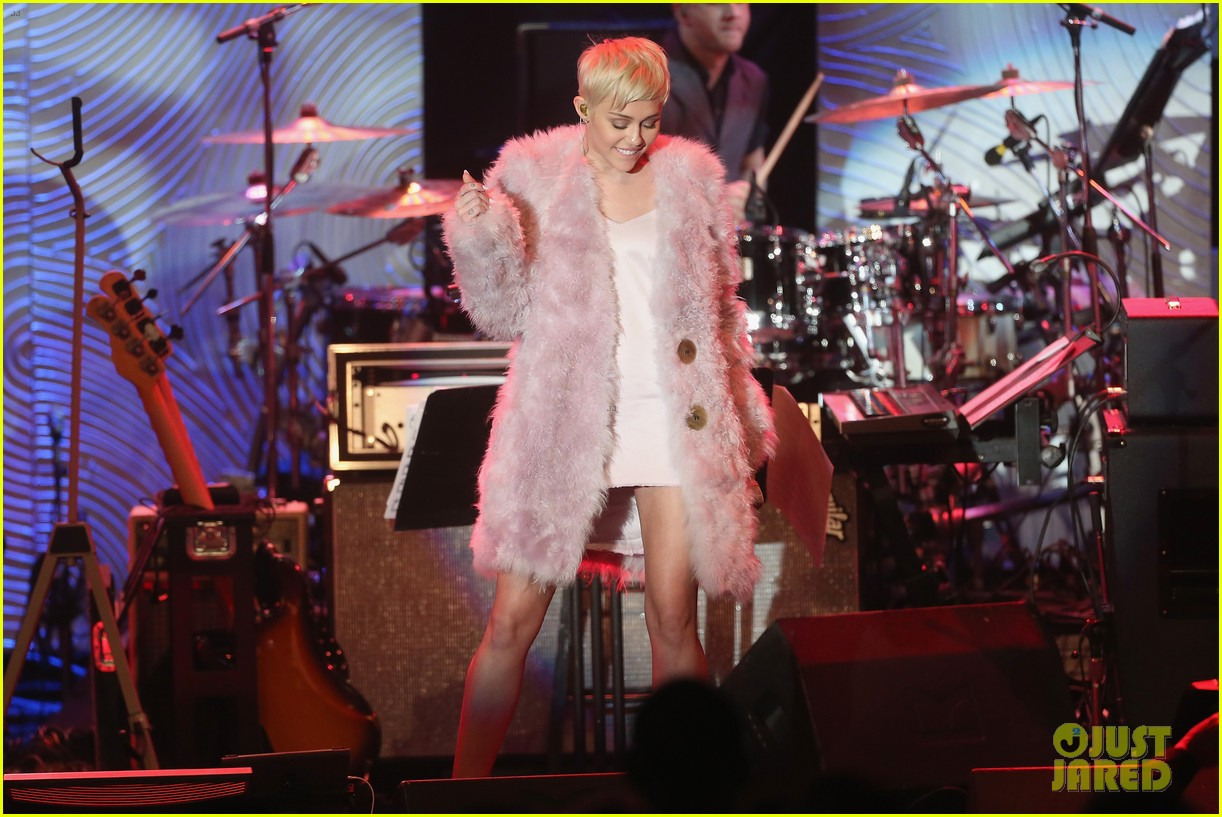 miley cyrus performs at clive davis grammys gala video 113040547