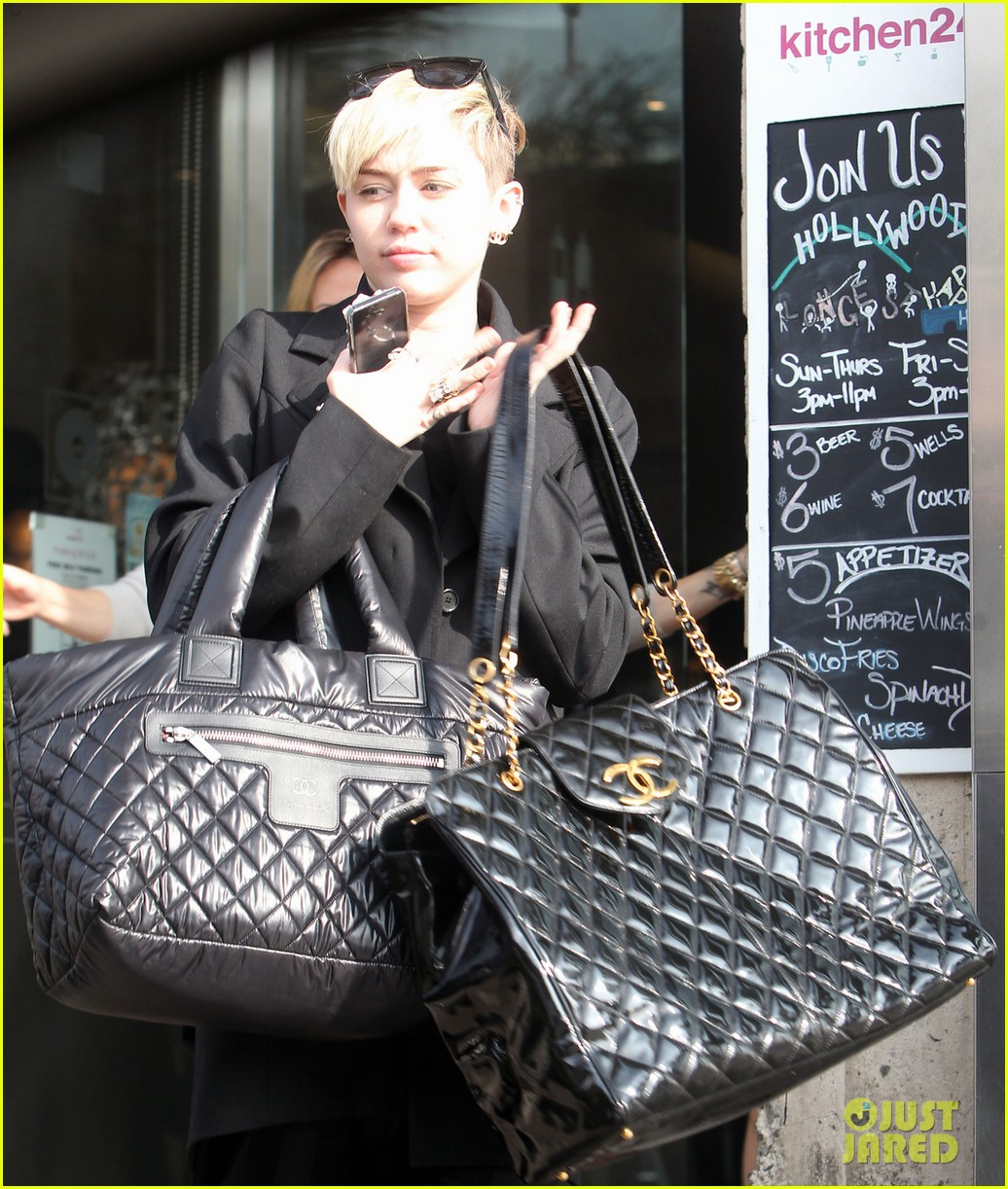 miley cyrus grabs lunch with her family after a haircut 023026439