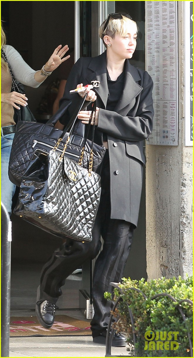 miley cyrus grabs lunch with her family after a haircut 053026442