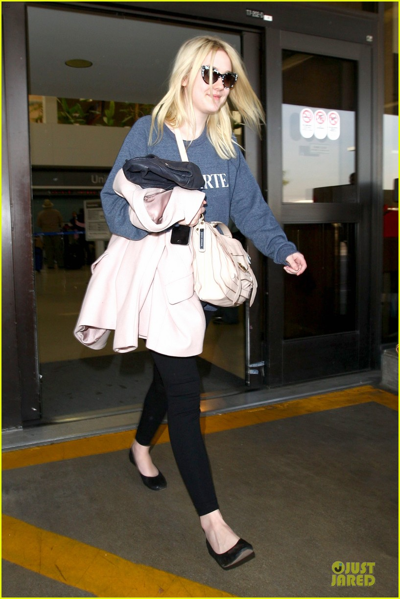 dakota fanning ends january with casual lax airport landing 013043009