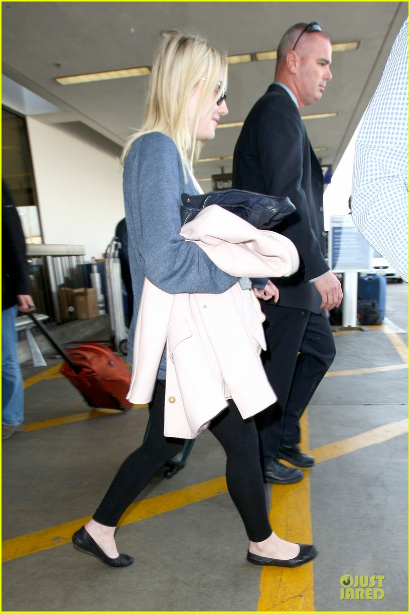 dakota fanning ends january with casual lax airport landing 033043011