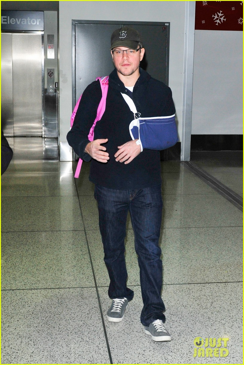 matt damon arrives at lax airport with injured arm 033022947
