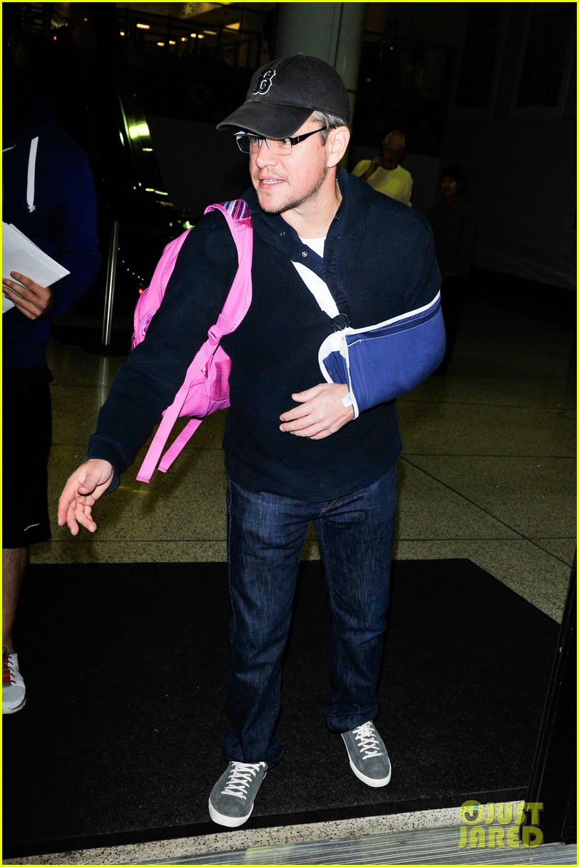 matt damon arrives at lax airport with injured arm 08