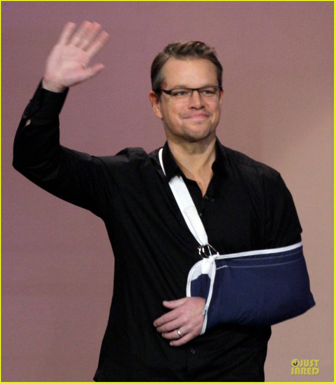 matt damon wears arm sling on tonight show with jay leno 043031535