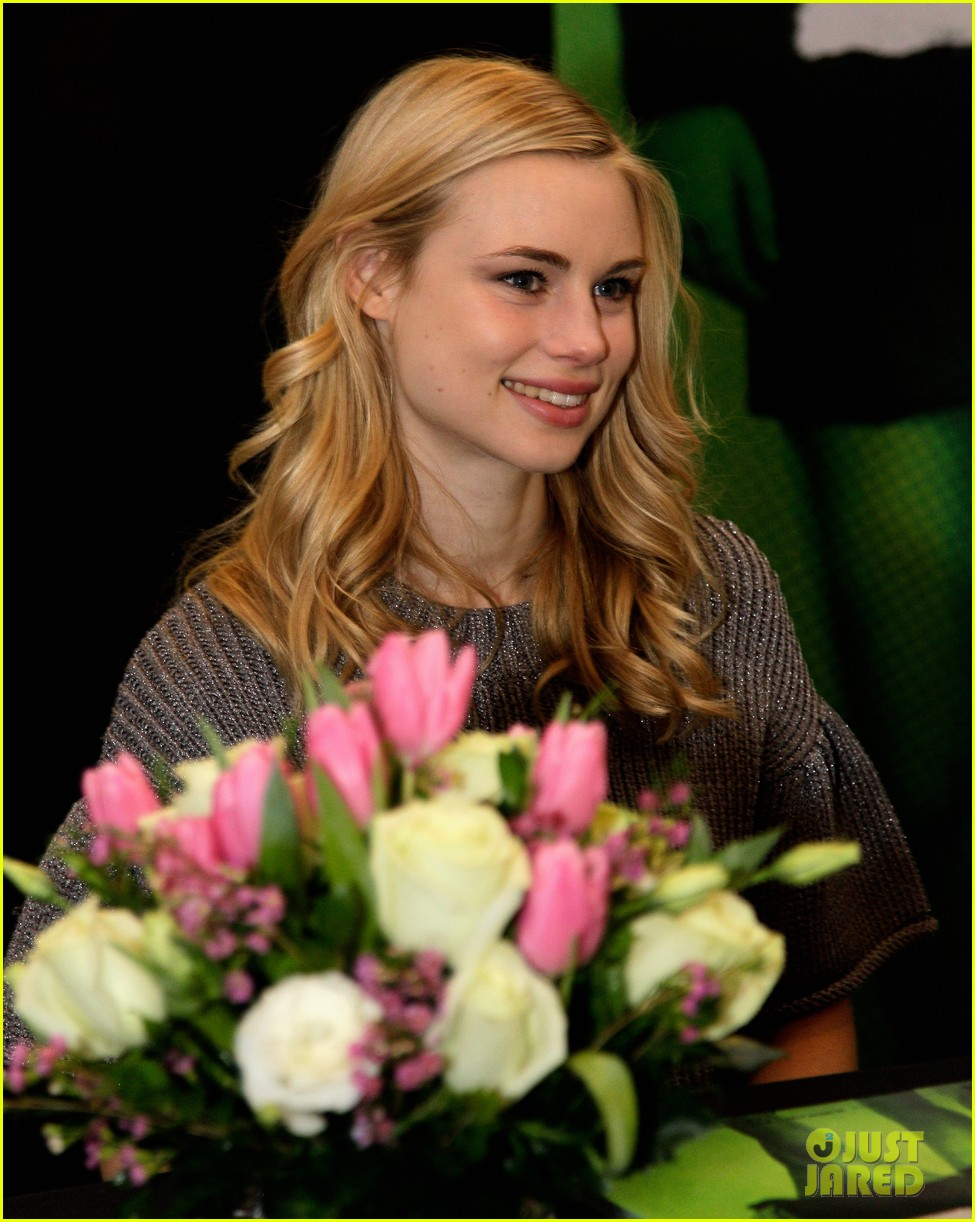 zoey deutch lucy fry vampire academy houston signing 043044097