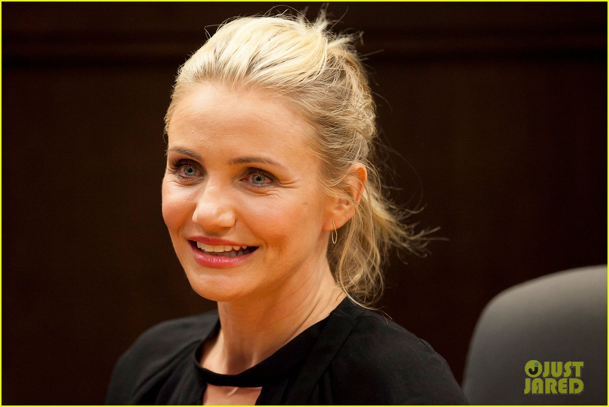 cameron diaz chugs bottled water in the morning to poop 02