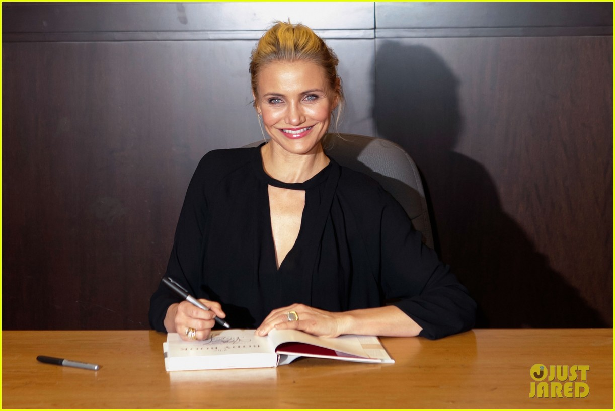 cameron diaz chugs bottled water in the morning to poop 103033288