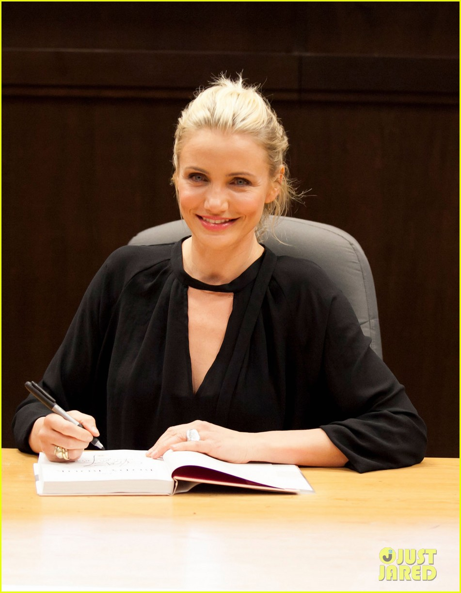 cameron diaz chugs bottled water in the morning to poop 123033290