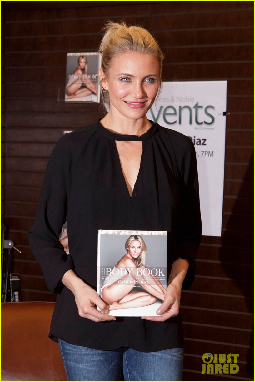 cameron diaz chugs bottled water in the morning to poop 203033298