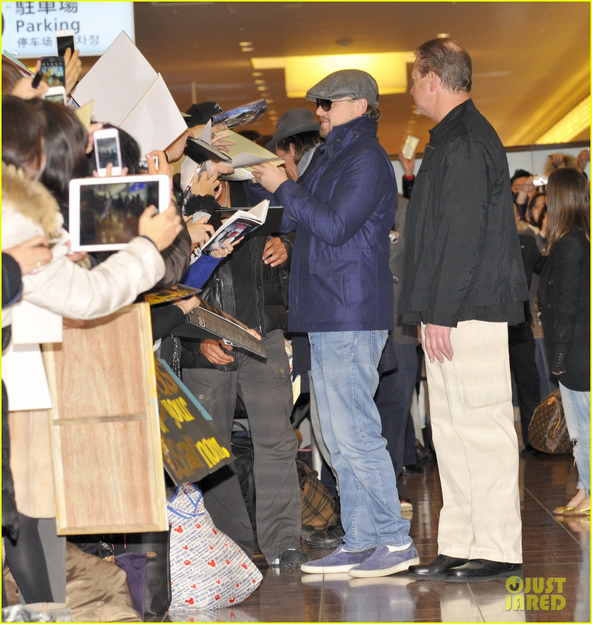 leonardo dicaprio lands in japan after snl appearance 03
