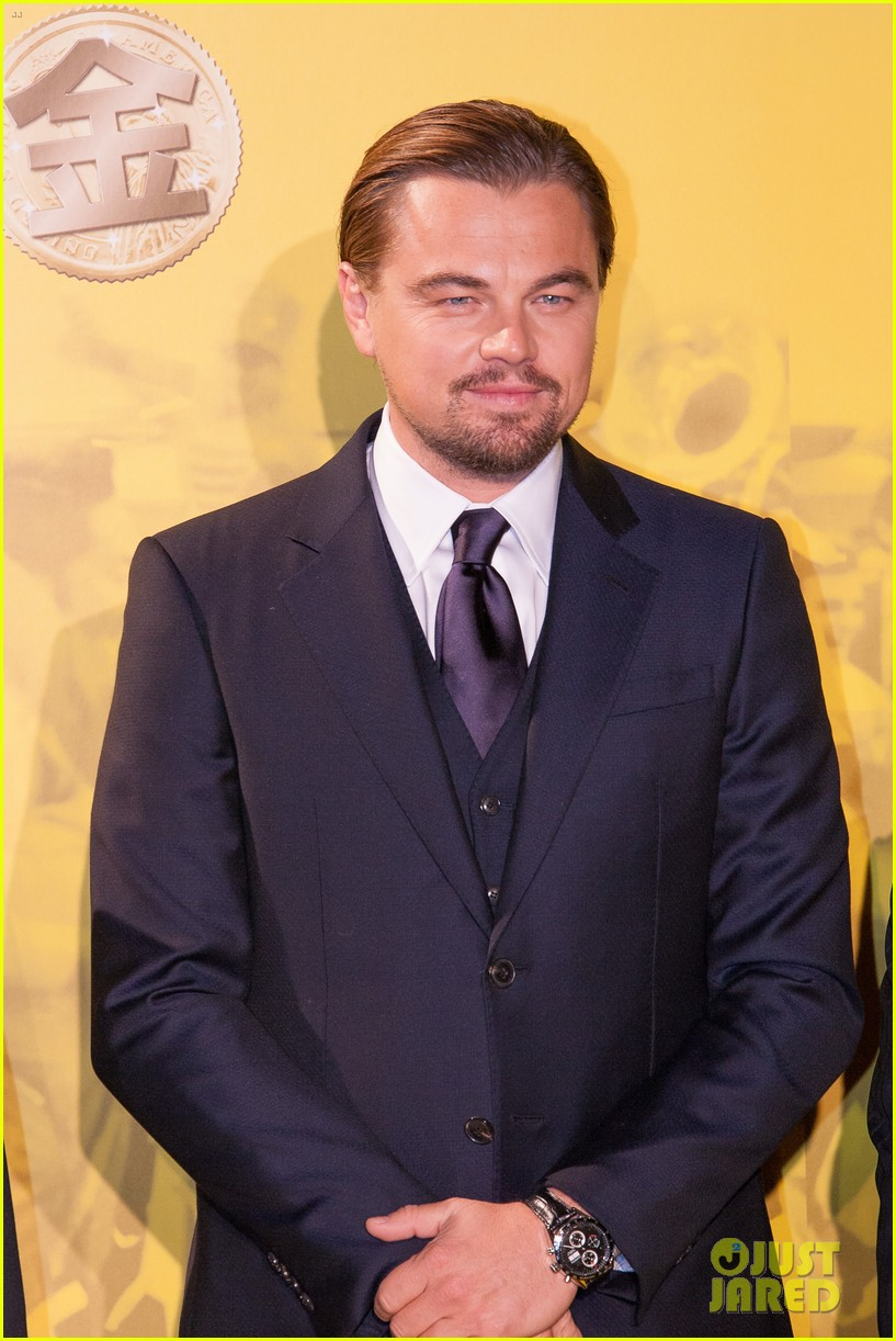 leonardo dicaprio captures wolf of wall street tokyo premiere on his iphone 01