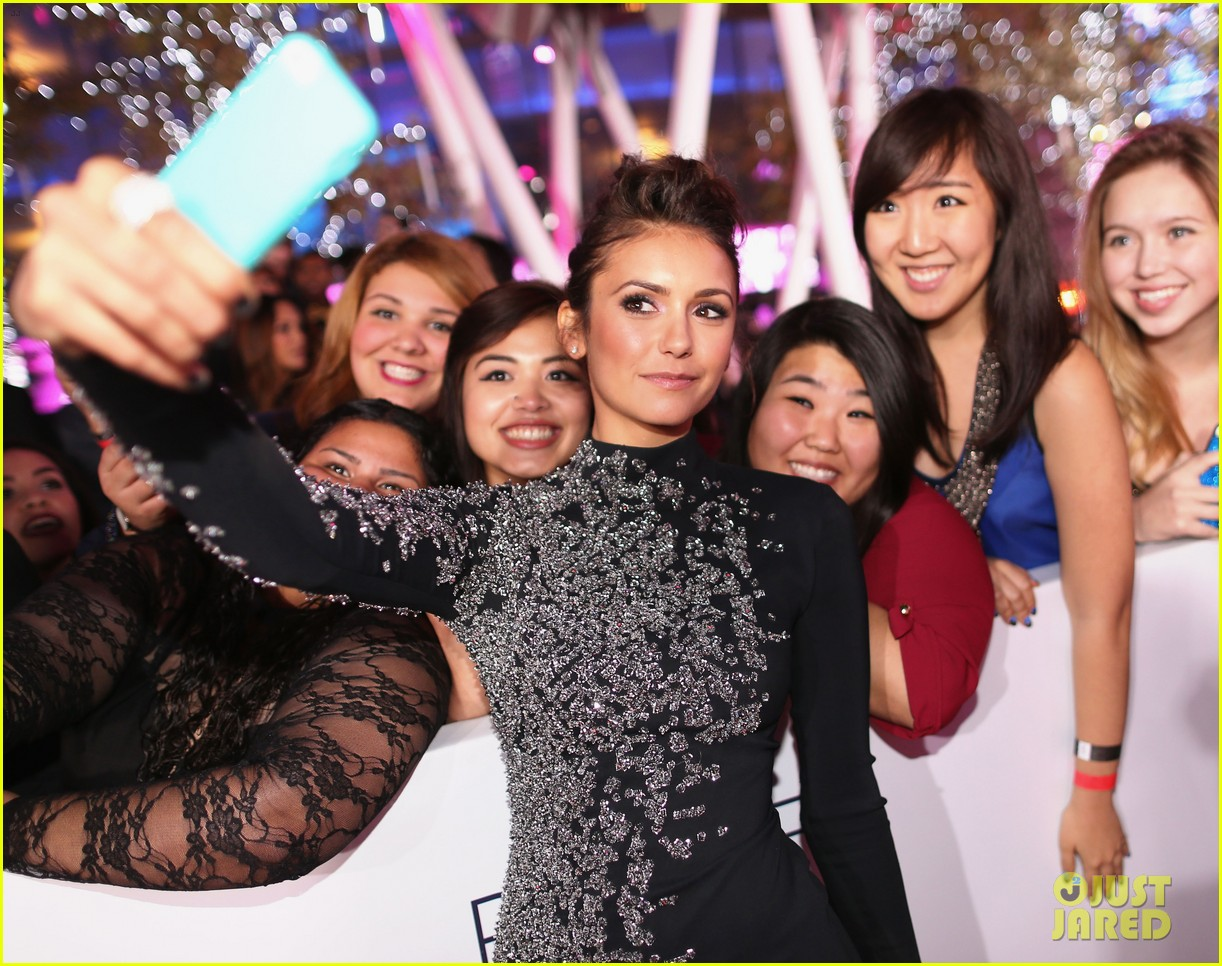 nina dobrev peoples choice awards 2014 red carpet 103025541