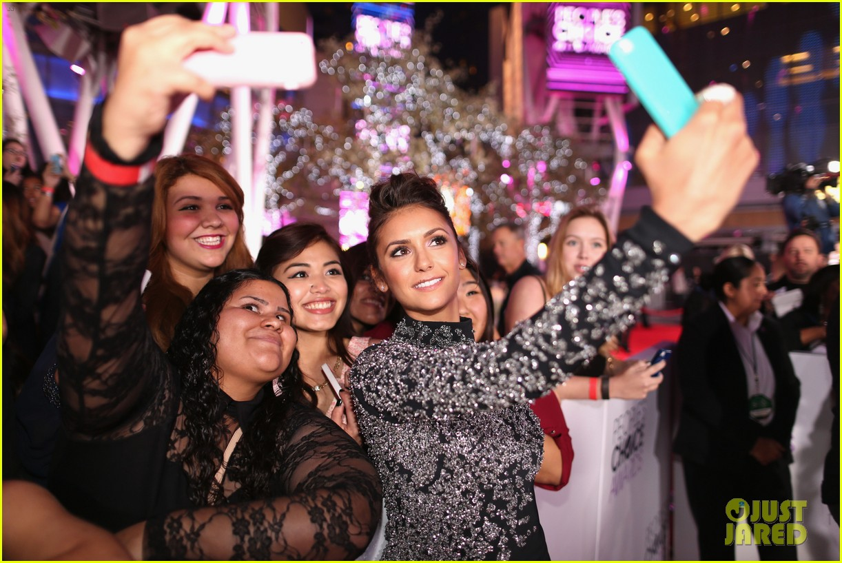 nina dobrev peoples choice awards 2014 red carpet 14