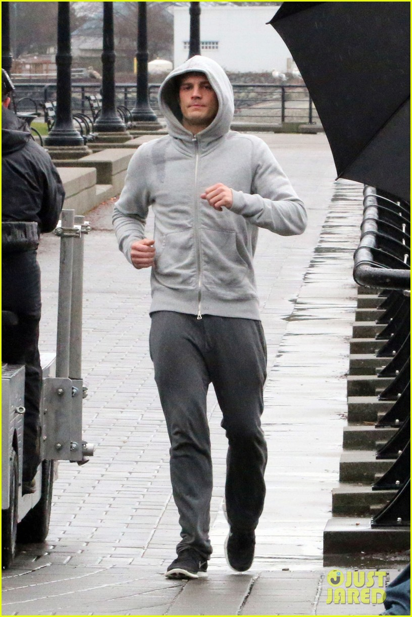 jamie dornan is head to toe grey for fifty shades of grey jogging scene 013043645