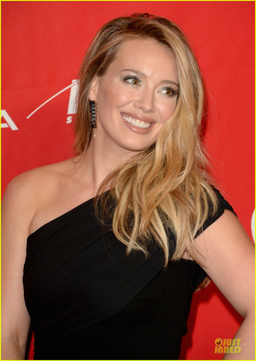 hilary duff shoulders musicares gala 2014 083039807