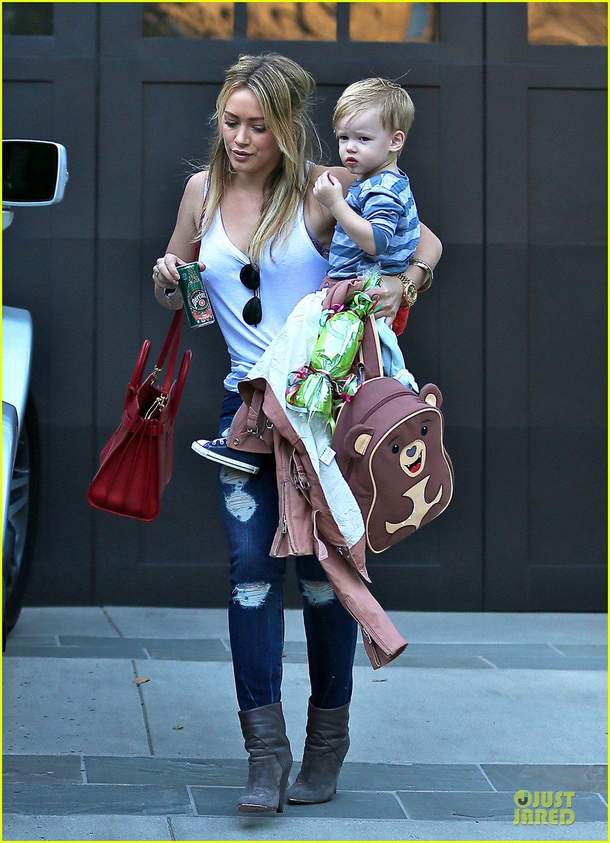 hilary duff steps out without wedding ring 013030519