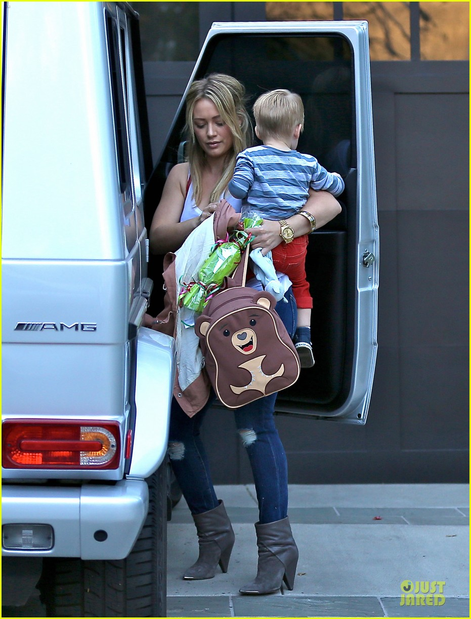 hilary duff steps out without wedding ring 033030521