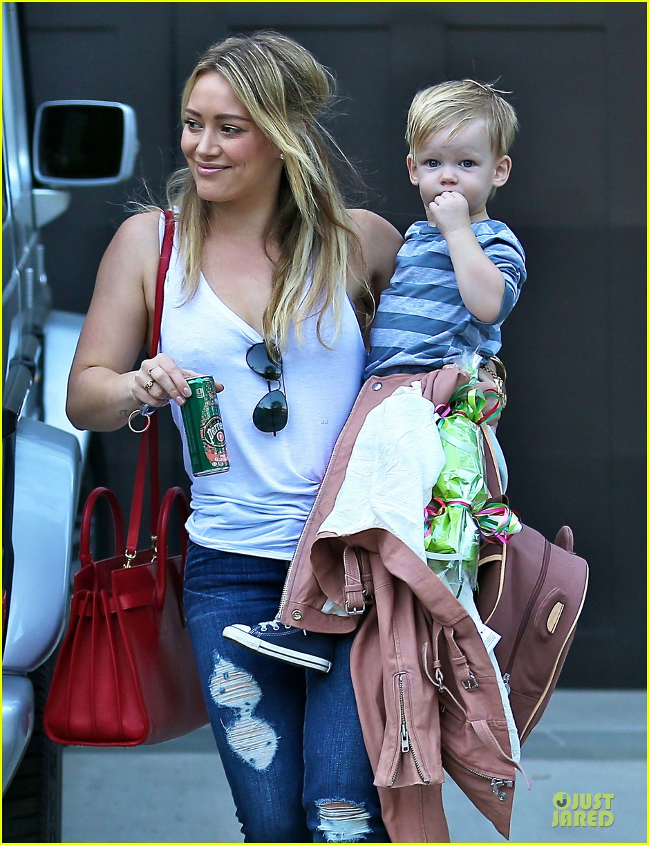 hilary duff steps out without wedding ring 063030524