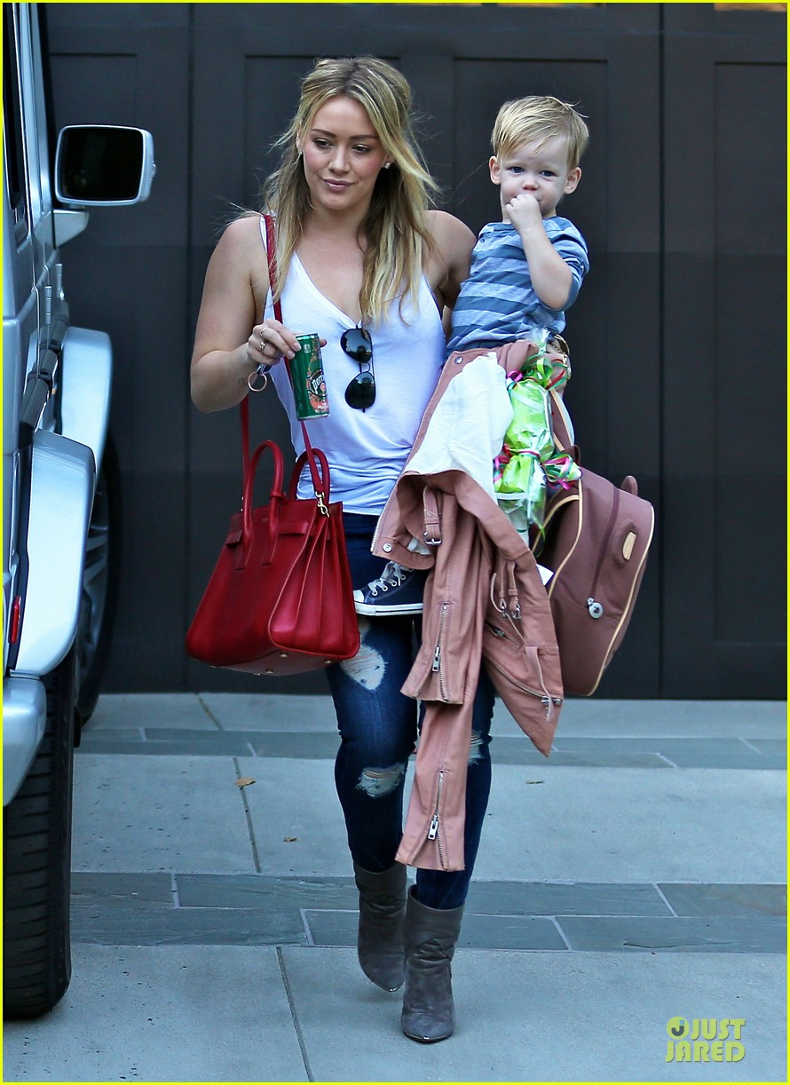 hilary duff steps out without wedding ring 093030527
