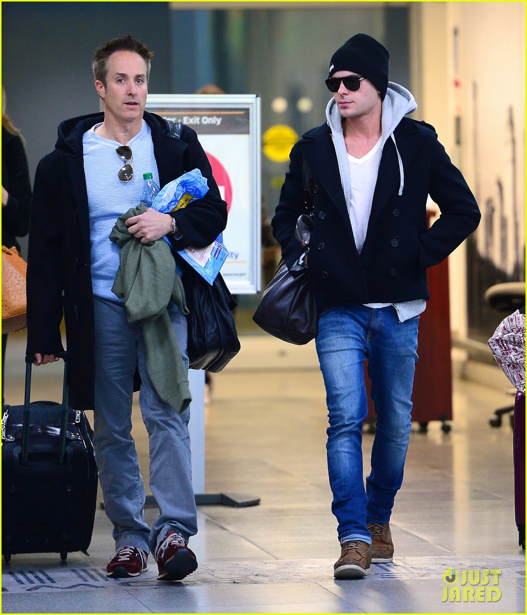 zac efron lands in new york city 033036536
