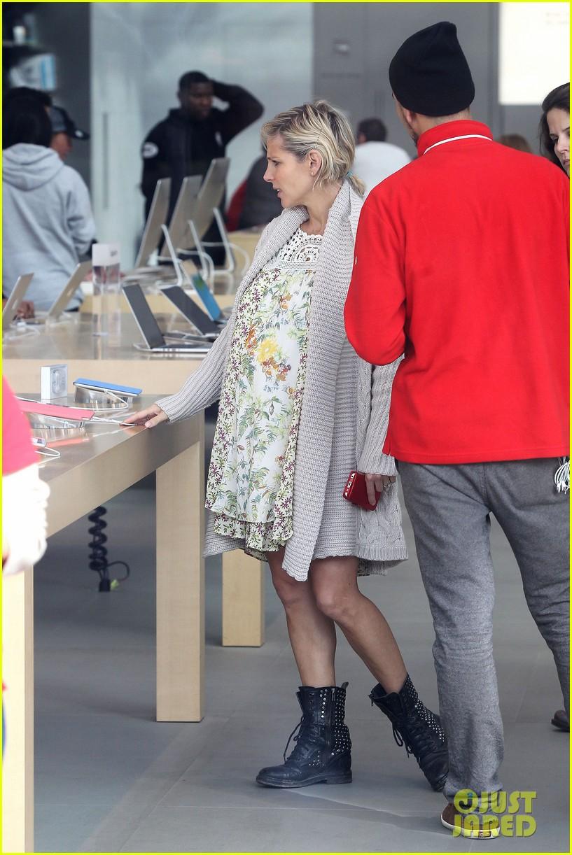 elsa pataky baby bumpin at the apple store 153023008