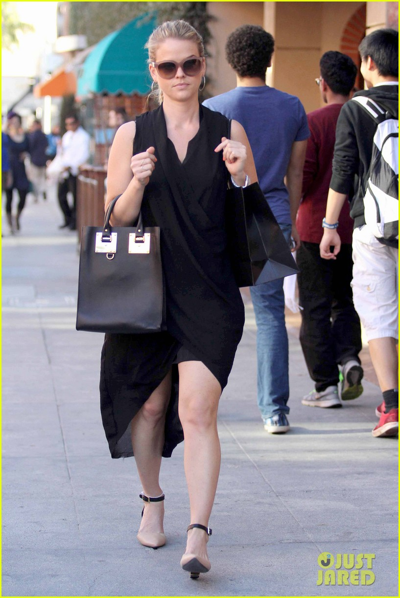 alice eve stylish for manicure trip in la 03