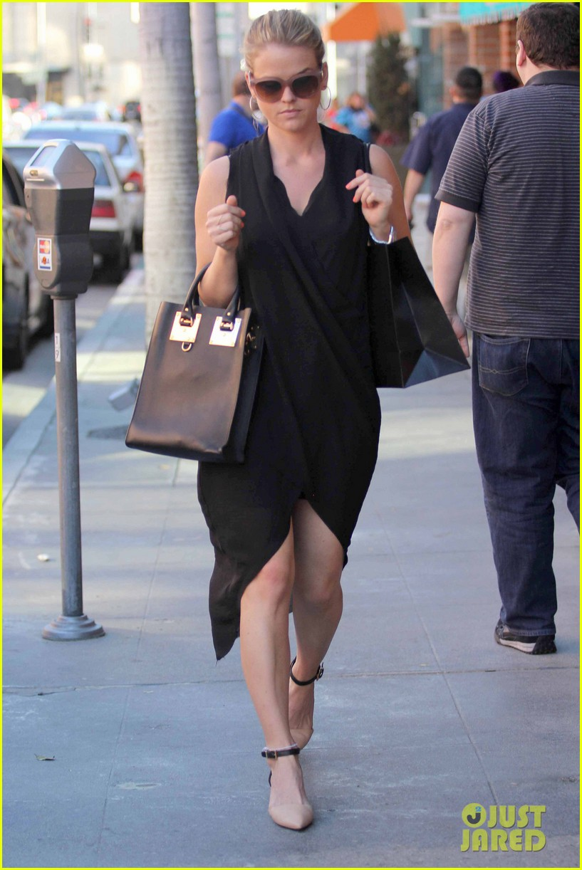alice eve stylish for manicure trip in la 053033646