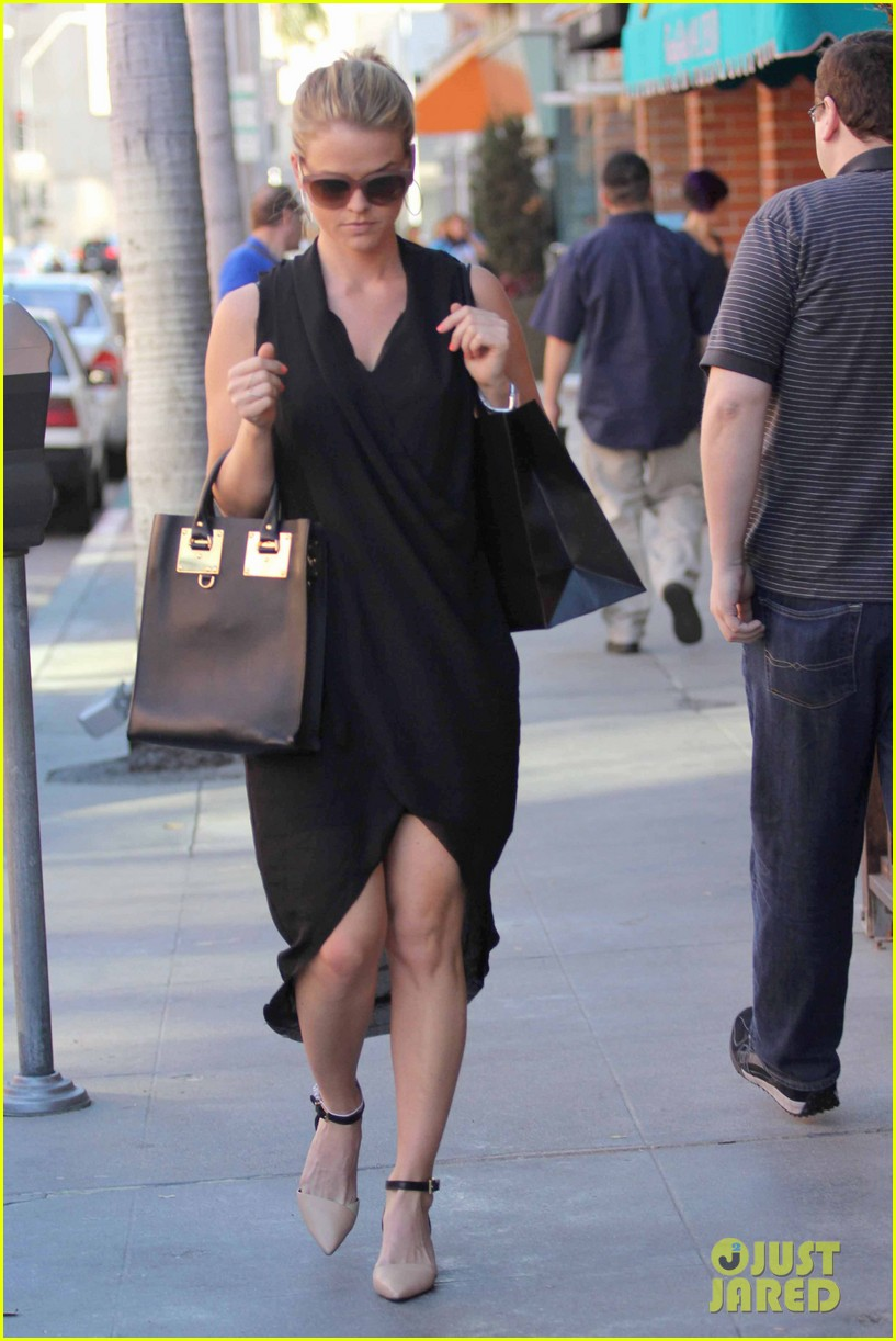 alice eve stylish for manicure trip in la 093033650